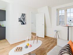 Interiørfoto fra liten leilighet, stue og kjøkken