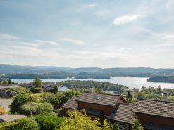 Utsikt over Nordåsvannet fra terrasse, rekkehus, eiendomsfoto