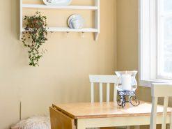 Boligfoto, lite spisebord med plass til fire