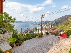 Sensommerbilde av terrasse og utsikt over Byfjorden