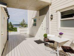 Leilighet i Fjell kommune, inngangsparti, terrasse og utsikt over fjorden i bakgrunnen, boligfoto