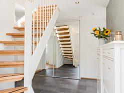 Entré og trapp opp til tredje etasje, garderobeskap med speil