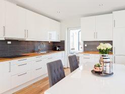 Hvit kjøkkeninnretning og spisebord