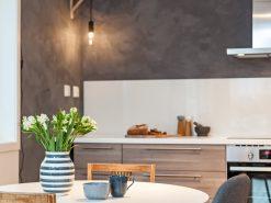 Kjøkken, detaljbilde av spisebord og kjøkken