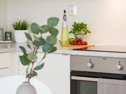 Interiørfoto, detaljbilde av kjøkkeninnretning og spisebord
