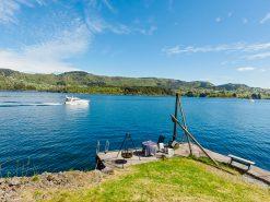 Utsiktsbilde over fjord og privat kai, eiendomsfoto