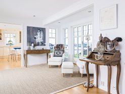 Interiørfoto fra enebolig, stue og kjøkken