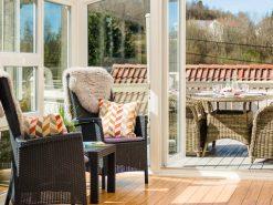Vinterhage, dekket spisebord på terrassen i bakgrunnen