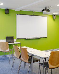Interiørfoto av konferanserom med smartboard, projektor og bærbar datamaskin, hotell, næringseiendom